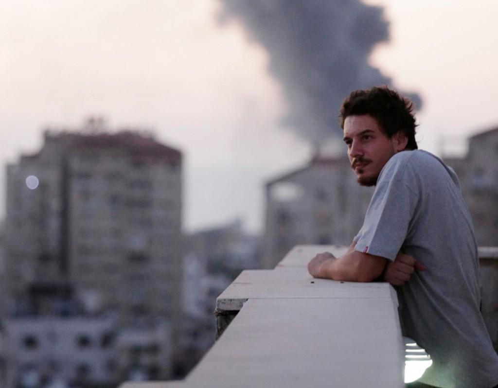 Simone Camilli sul balcone dell'ufficio di AP a Gaza. Foto di Lefteris Pitarakis – AP