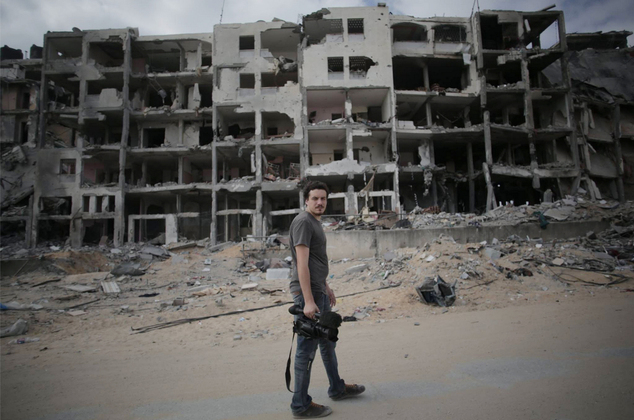 Videogiornalista di Associated Press Simone Camilli a Beit Lahiya, Gaza. Foto: Khalil Hamra – AP