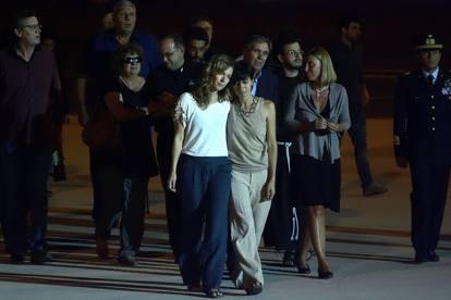 Ylva van den Berg, la compagna di Simone, abbraccia la sorella Chiara all'arrivo della bara all'aeroporto di Ciampino. 14 agosto 2014