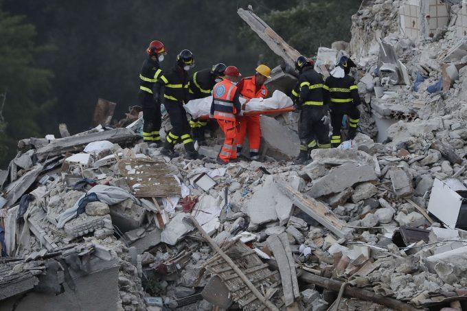 Rescuers removing body from rubble in Pescara Del Tronto. Photo by AP photographer Gregorio Borgia, August 24, 2016